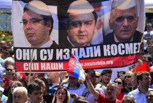 Beograd, 10. maja 2013 - Demonstranti iz Srpskog narodnog pokreta (SNP) Naši na Trgu Republike drže transparent na nestranackom mitingu zbog neslaganja sa potpisanim briselskim sporazumom. FOTO TANJUG / SRÐAN ILIC / dmm